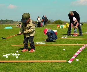 Kleinkinder lernen Golf