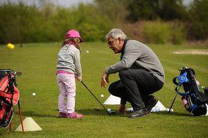 Kleines Mädchen lernt Golf